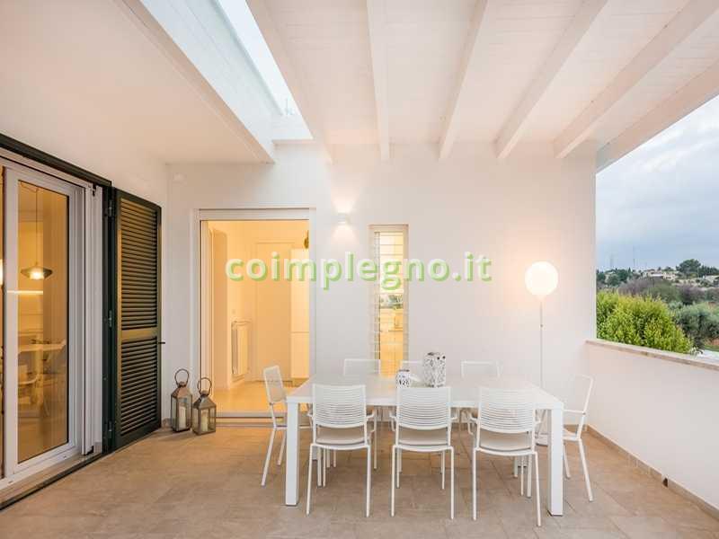 Ampliamento cucina con portico in legno bianco cocumola lecce