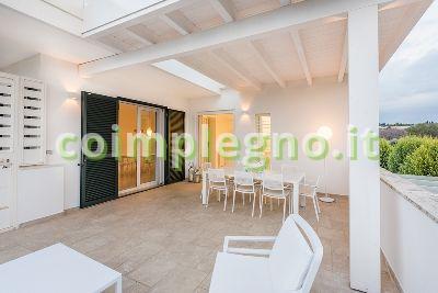 Ampliamento cucina con portico in legno bianco