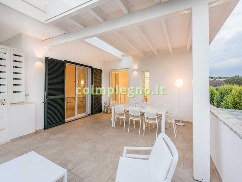 Ampliamento cucina con portico in legno bianco castro lecce