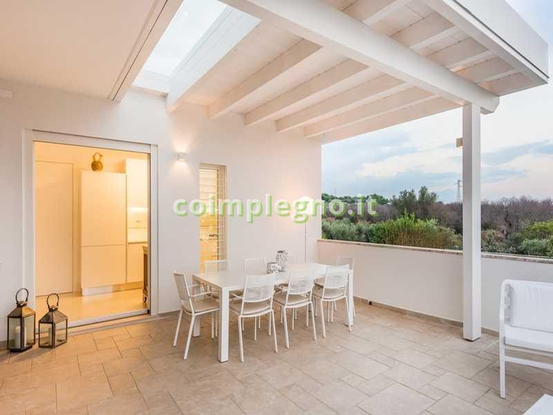 Ampliamento cucina con portico in legno bianco frigole lecce