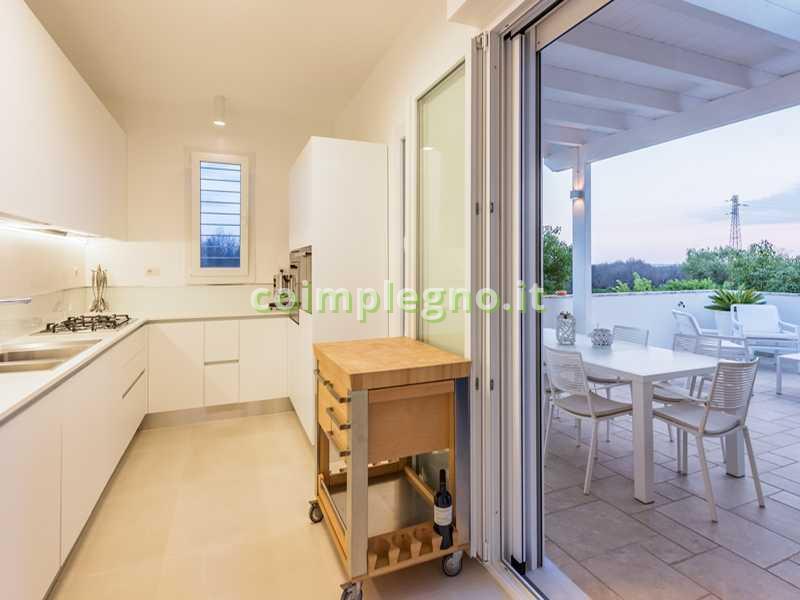 Ampliamento cucina con portico in legno bianco castro lecce 1