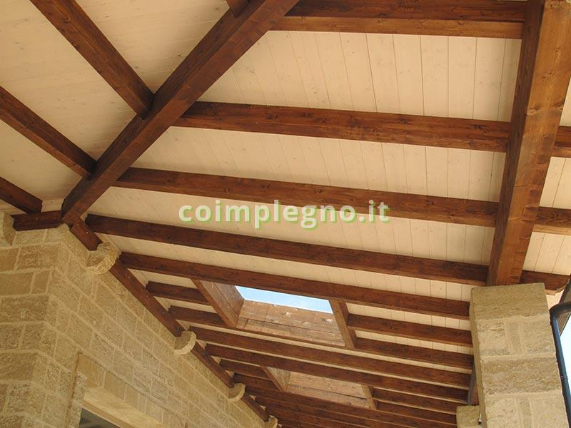 Copertura ad uso esterno con struttura in legno lamellare di abete color noce