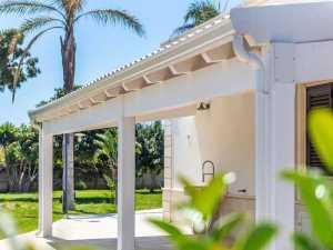 Portico in legno bianco