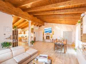 Tetto in legno casa modernacoibentato colore noce chiaro